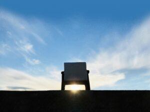 夕陽に向けて置いた椅子